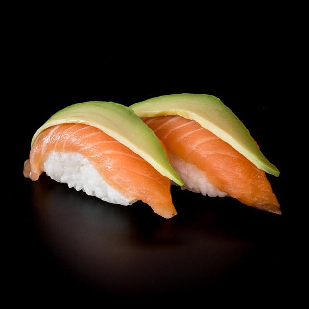 nigiris de salmón y aguacate
