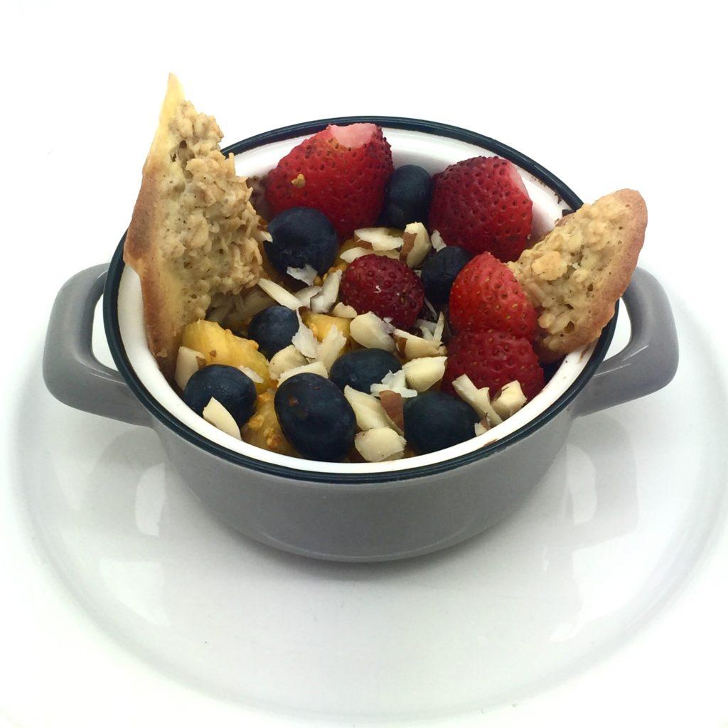 crema de cacao con galletas de avena y frutas