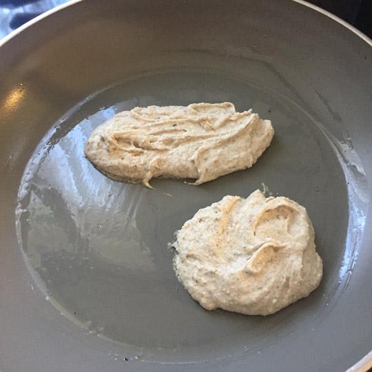 pan de pita crudo en sartén